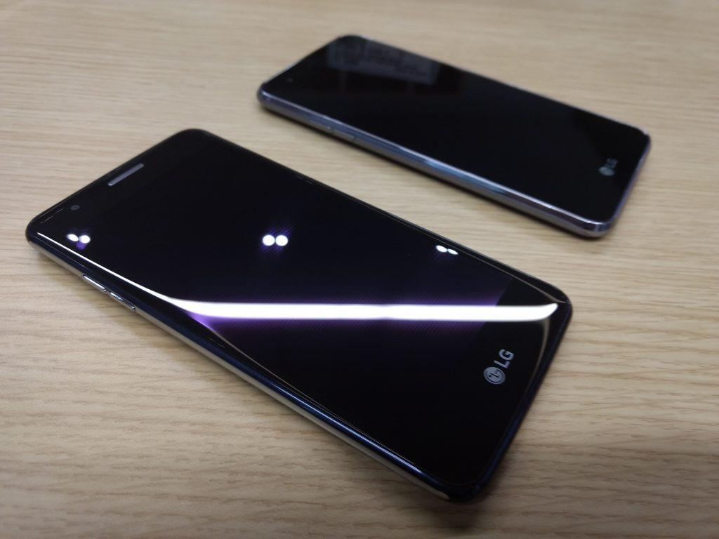 A la izquierda el LG K8 y a la derecha el LG K4