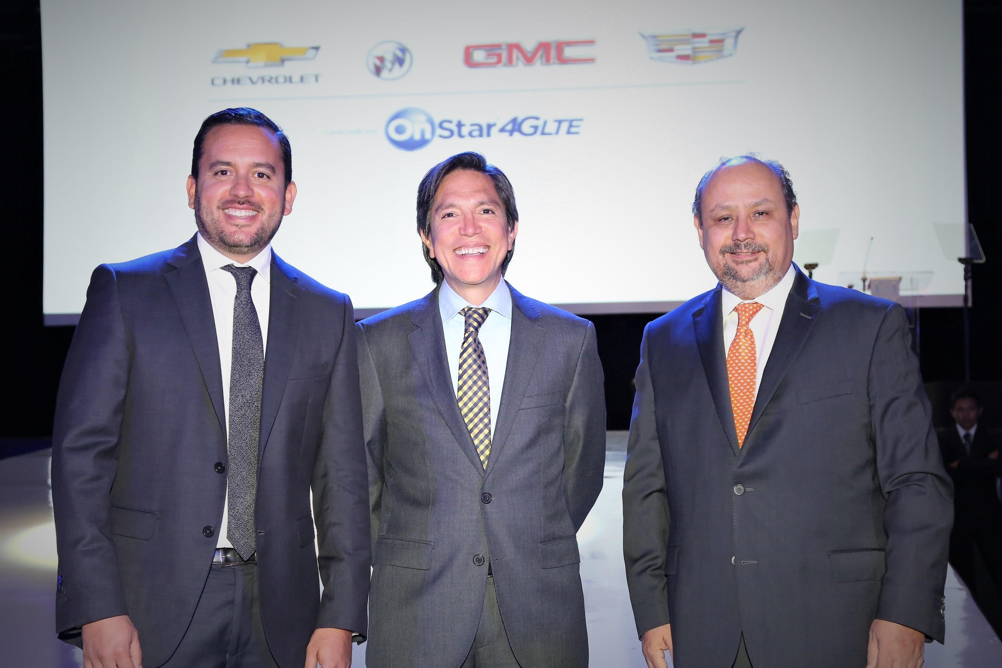 A la izquierda: Jorge Plata, Director General de OnStar México; extrema derecha;  Ernesto M. Hernandez Presidente y Director General de General Motors de México.,